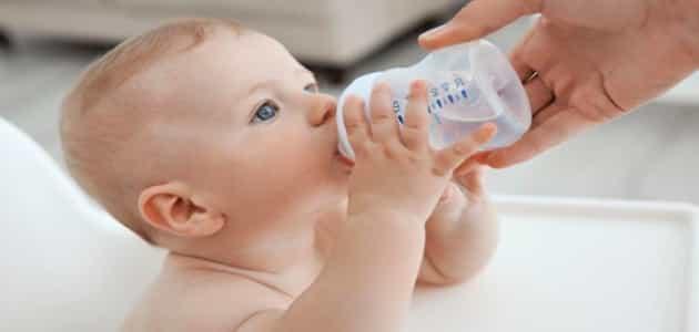 اضرار الماء على الطفل الرضيع